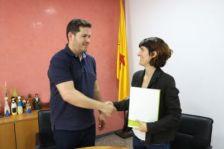 L'alcalde i la promotora de Recollida de Catalunya d'Humana.