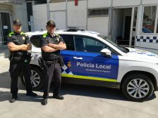 Dos agents amb l'uniforme i el cotxe nous.