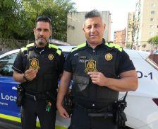 Dos agents locals amb els escuts.