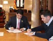 L'alcalde signant amb el president de la Diputació
