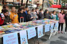 Alguns dels infants que han participat al Mercat d'intercanvi de llibres.